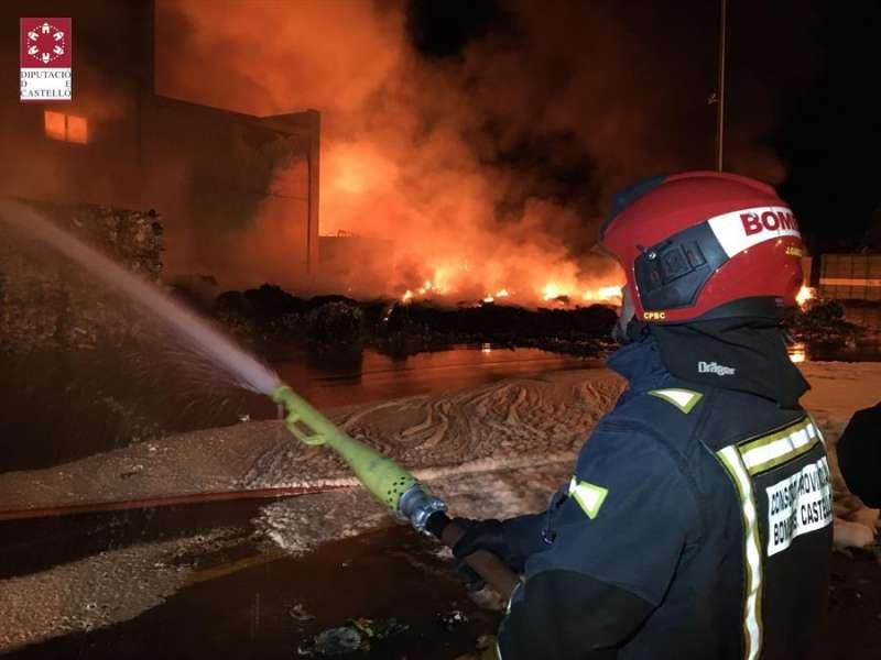 Incendio en la planta de reciclaje de Cervera del Maestre. EPDA