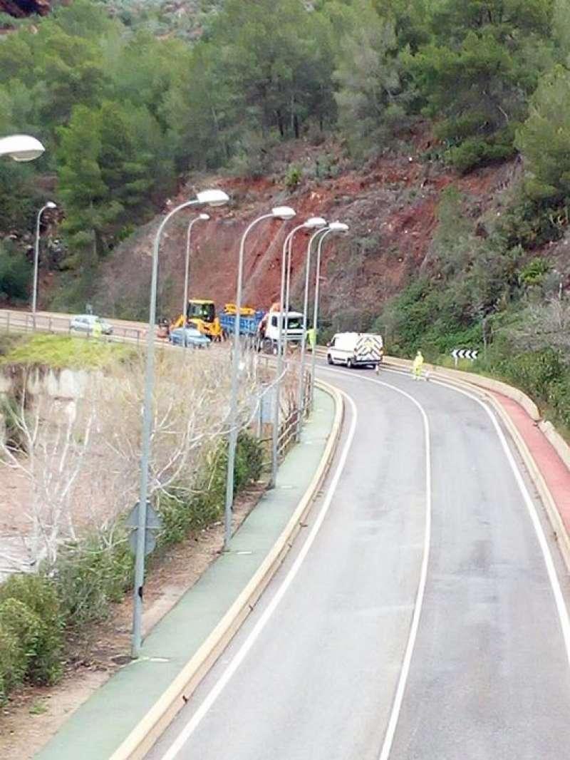 Trabajos de limpieza de la Diputación de Valencia en la carretera del desvío de Nàquera. //EPDA