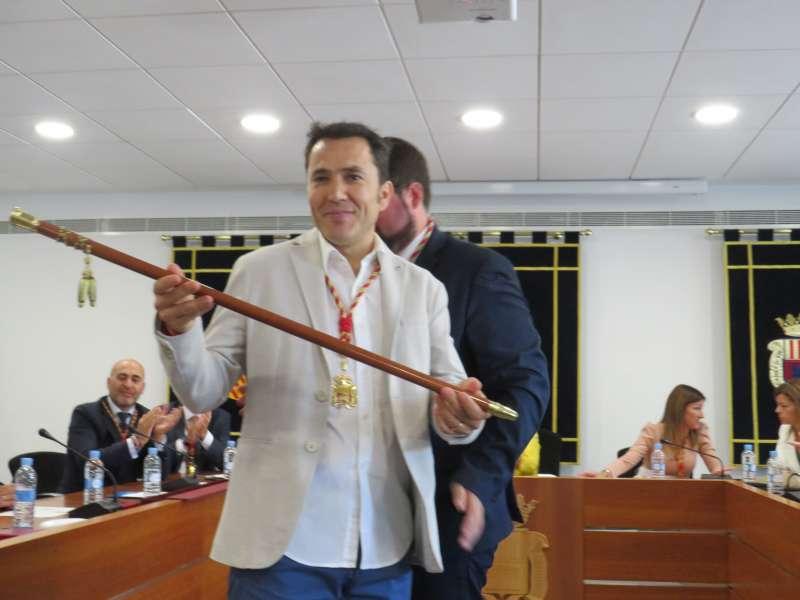 Pere Antoni con la vara de mando en el pleno de investidura de la Corporación de Canet. EPDA