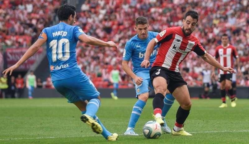 El jugador del Athletic de Bilbao, Beñat Etxebarria (d) disputa el balón con el jugador del Valencia Daniel Parejo (i), en el partido de la séptima jornada de LaLiga Santander, disputada en el estadio de San Mamés, en Bilbao. EFEArchivo
