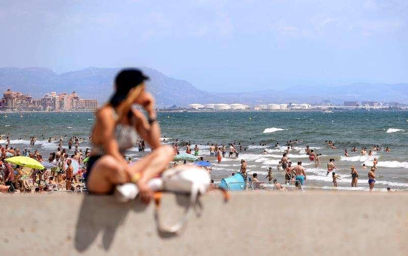 Una joven observa las playas de Las Arenas y La Malvarrosa de València durante el pasado verano. EFE