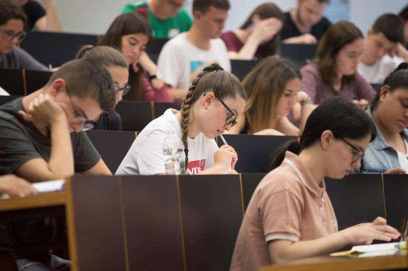 Un grupo de estudiantes al inicio del examen de selectividad. EFE/Archivo