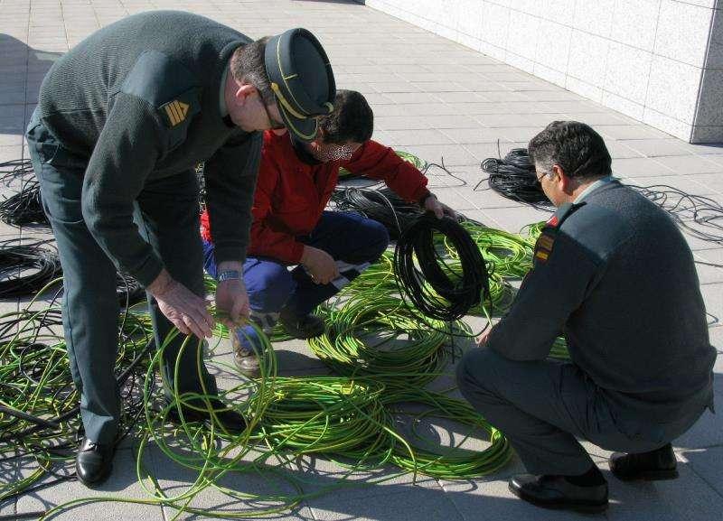 Miembros de la Guardia Civil inspeccionan los cables de tendido eléctrico. EFE/Archivo