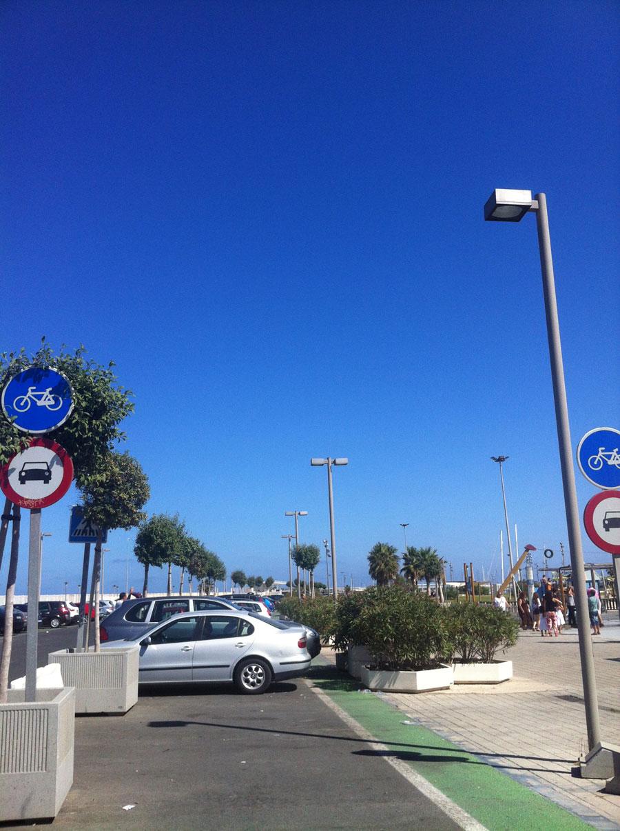 El carril bici-parking de coches. FOTO JOAN VIDAL
