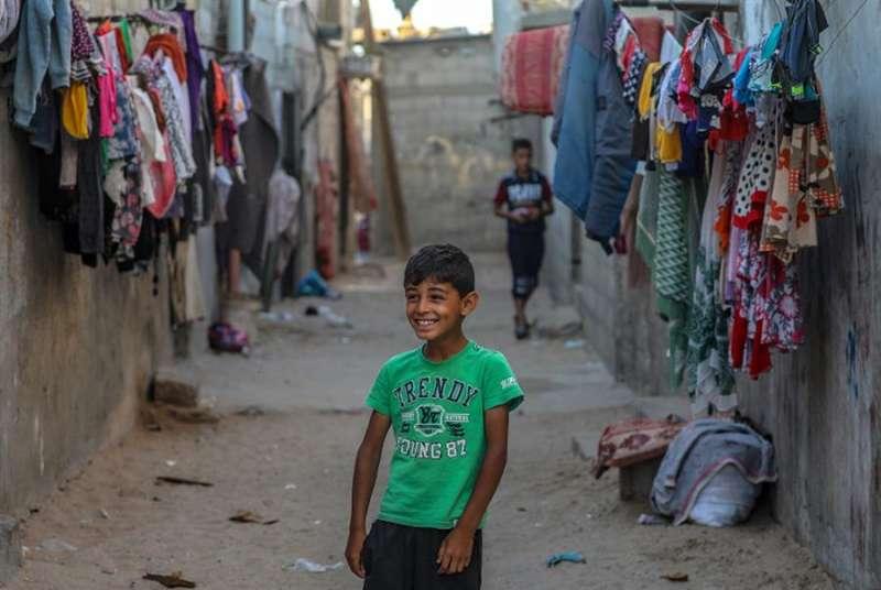 Niños palestinos posan para una foto en las calles de un campo de refugiados en Gaza, en junio de 2020. EFE/EPA/MOHAMMED SABER/Archivo