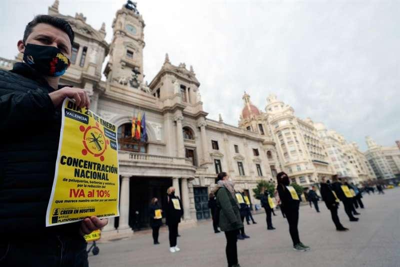 El sector de la peluquería y la estética celebra concentraciones de protesta para reclamar la inmediata bajada del IVA al 10 %. EFE