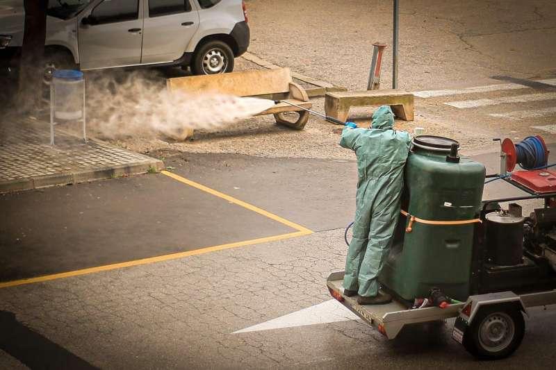 Un técnico desinfecta mobiliario y calles de Requena. Foto: Araceli Gómez Navarro