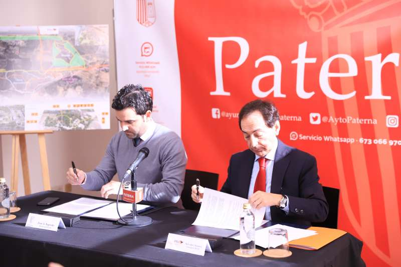Firma protocolo Ayuntamiento Paterna e Intu Mediterrani empleo paterneros.