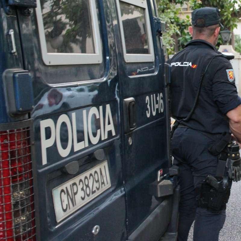Agente de la Policía Nacional durante la detención del presunto autor del delito.