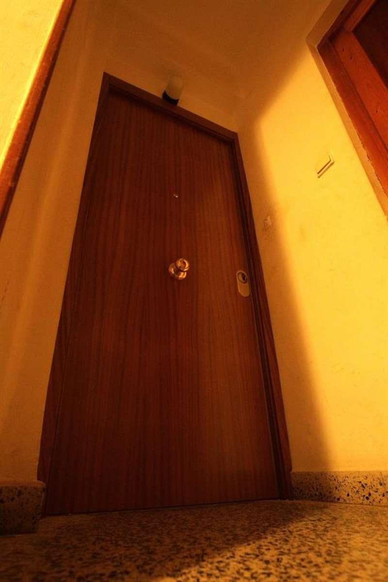 En la imagen, puerta de la vivienda donde han ocurrido los hechos. EFE/ Natxo Francés