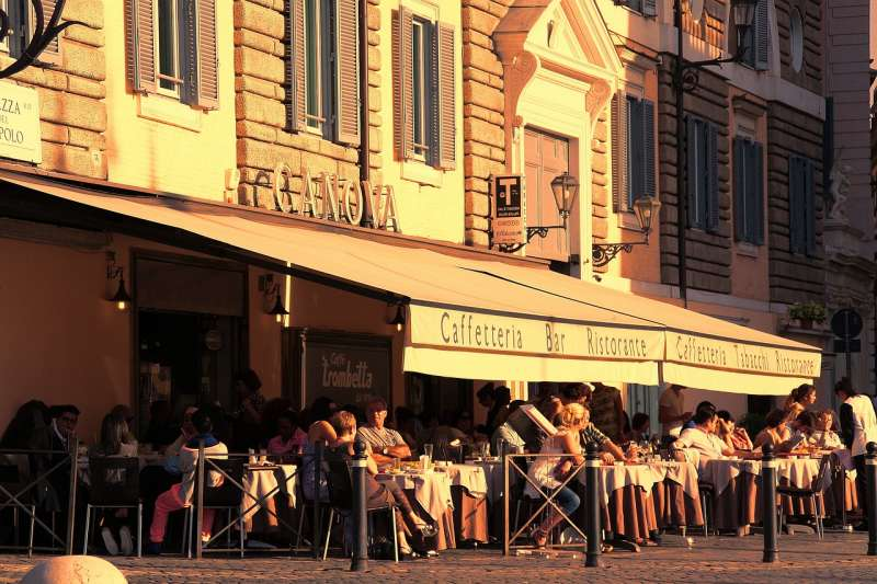 Fachada de un restaurante, foto de archivo.