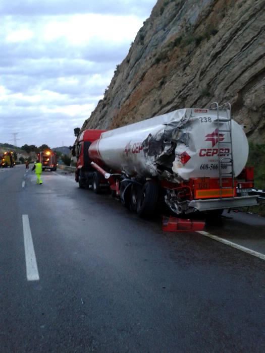 Un accidente provoca que un camión derrame 10.000 litros de gasoil en la A-7 a su paso por Sagunto