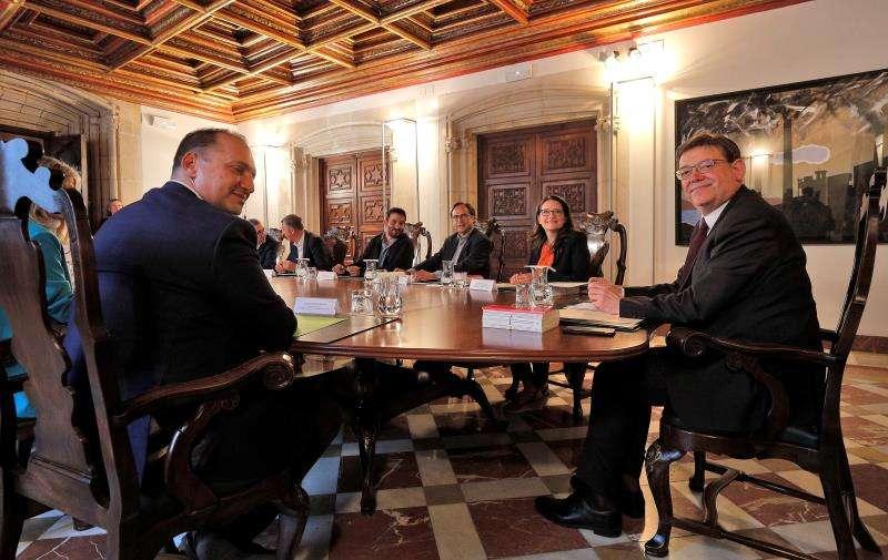 El president de la Generalitat, Ximo Puig (dcha), preside el primer Pleno del Consell de la legislatura. EFE