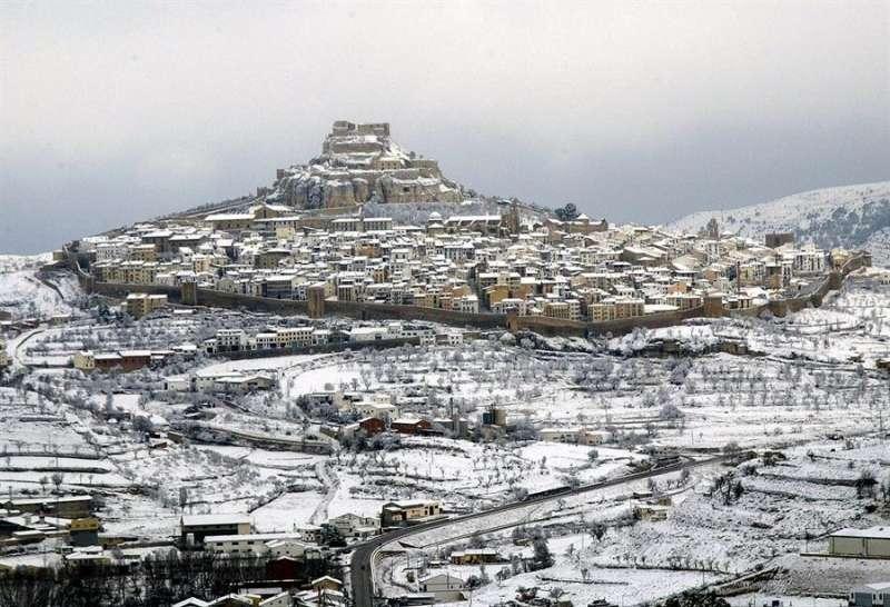 Imagen de Morella, cubierta por un manto blanco tras. EFE/Domenech Castello