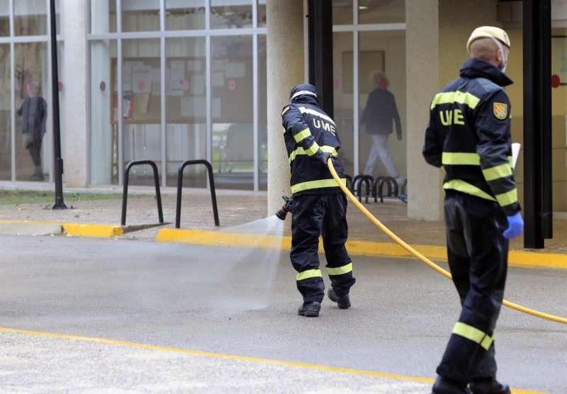 Tareas de desinfección en Burriana. / Domenech Castelló. EFE