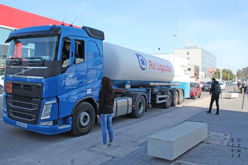 Un camión paraliza la circulación para hacer las tareas de carga y descarga. EPDA