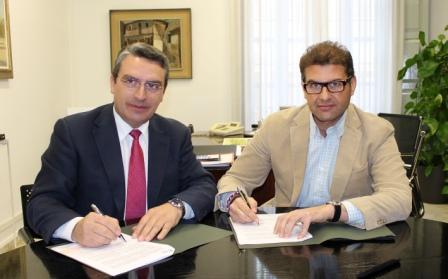 Imagen del diputado de Turismo, Sanjuán, y alcalde de Chiva, Haro. FOTO: DIVAL