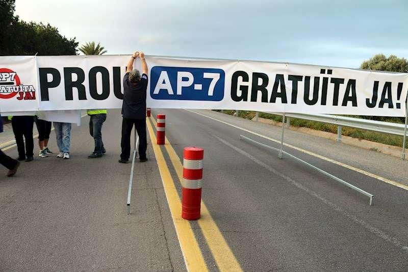 Un grupo de vecinos cortan la N340 en Alcanar (Tarragona) durante el acto de protesta convocado hoy. EFE