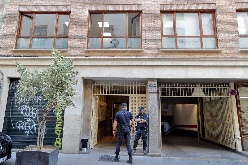 Agentes de la Policía Nacional custodian la entrada de la empresa pública Divalterra el día que fue detenido el presidente de la Diputación de Valencia y alcalde de Ontinyent, Jorge Rodríguez. EFE/Archivo