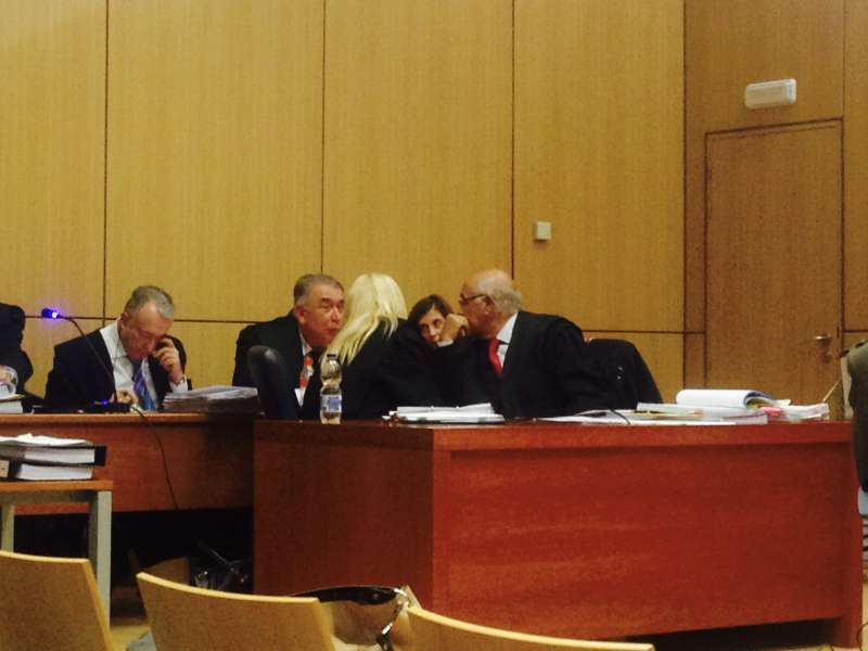 Los acusados conversan en el juicio. EPDA