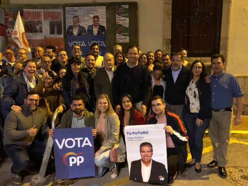 Militantes del PP de Sagunt en la pegada de carteles. EPDA