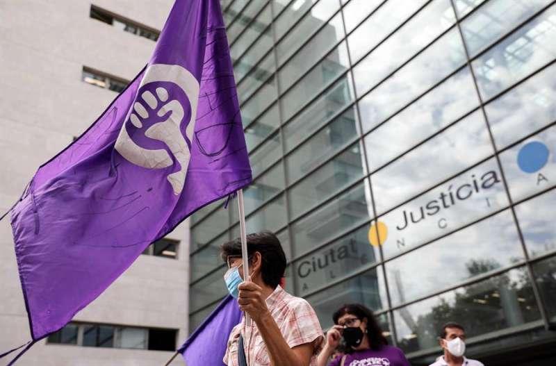 Imagen de archivo de una concentración feminista ante la Ciudad de la Justicia de València. EFE/Ana Escobar