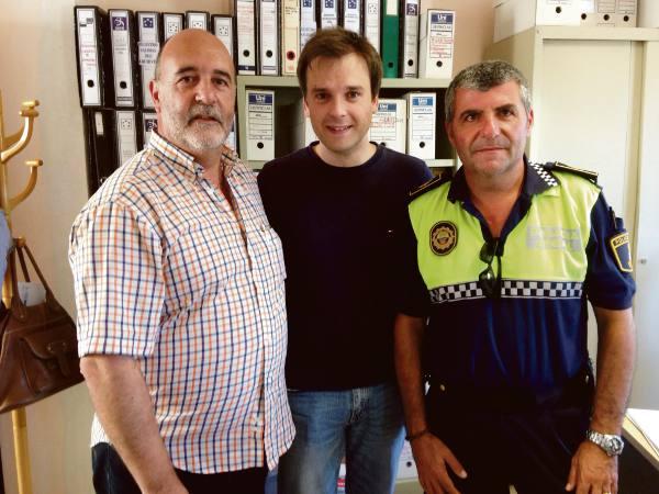 El alcalde con el cantante Vicente Seguí. EPDA