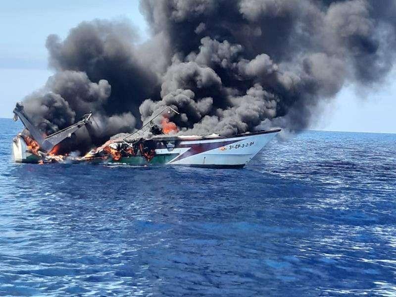 Imagen del barco incendiado, facilitada por Salvamento Marítimo. EFE