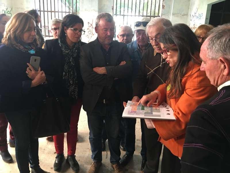 Mónica Oltra con los planos del proyecto en el economato. EPDA