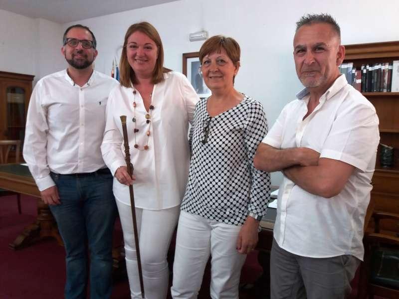 La alcaldesa de Llocnou de la Corona con los concejales del pleno de constitución.