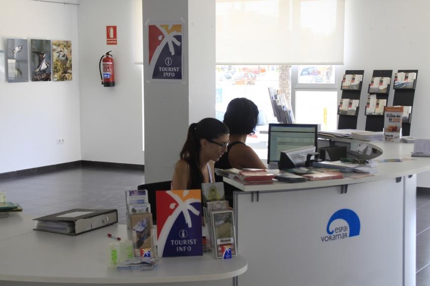 La oficina de turismo presta servicio e informa a todo el que lo solicite