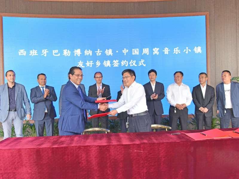 Representants de La Pobla de Vallbona al municipi xinés de Zhouwo