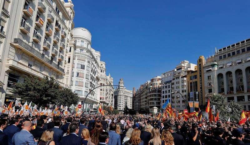 La procesión cívica de la Senyera -en la imagen, en una edición anterior- recorre las calles del centro de València para conmemorar el 779 aniversario de la entrada en la ciudad del rey Jaime I. EFE/Archivo