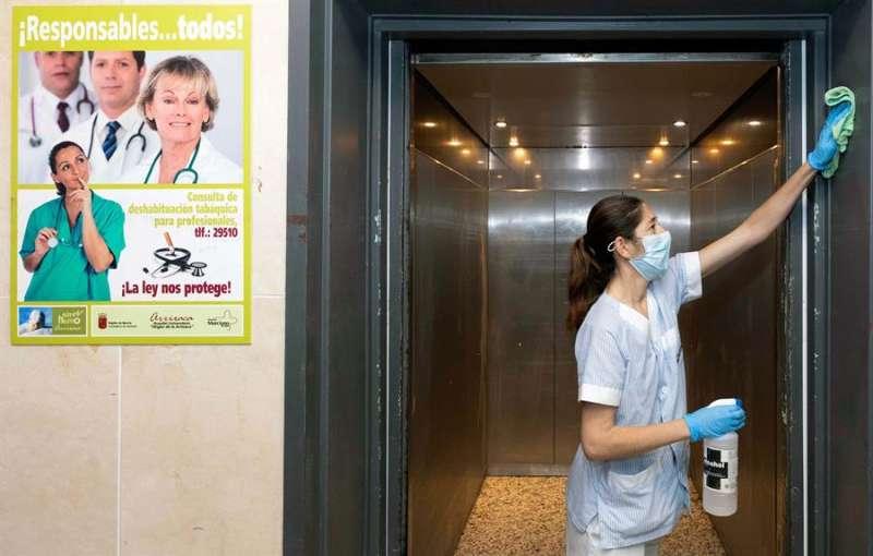 Una limpiadora desinfecta el ascensor de un hospital. EFE