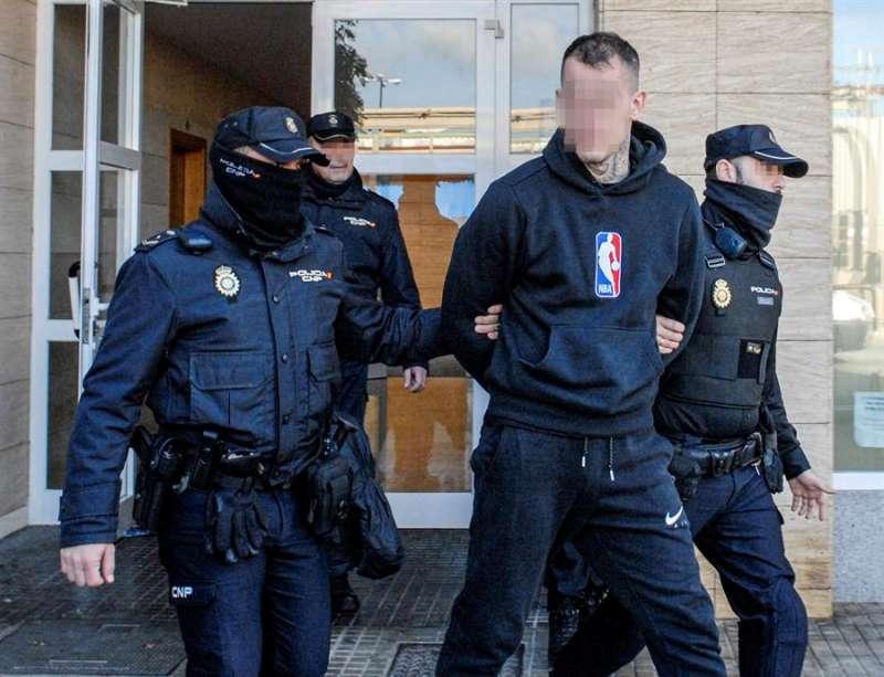 La Policía Nacional, este jueves en la operación policial contra la violenta banda de moteros United Tribuns Nomads Spain. EFE/CATI CLADERA
