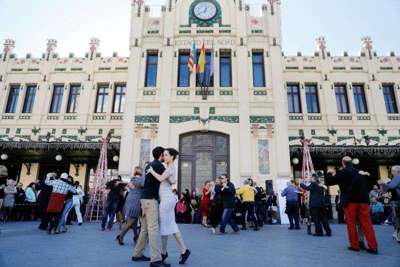 La Estación del Norte de Valencia convertida en escenario de una exhibición de tango. EFE