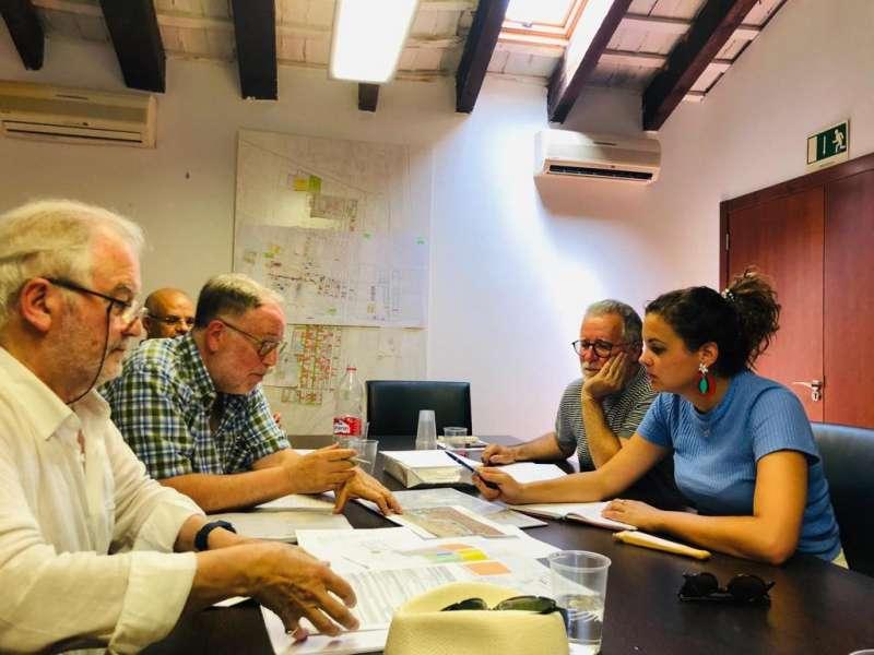 La vicealcaldesa Sandra Gómez reunida con el equipo redactor del PEC. EPDA