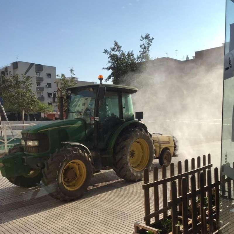 Un tractor por las calles de Benetússer. EPDA