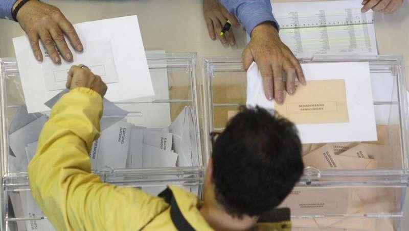 Una persona ejerce su derecho al voto en una cita electoral anterior. EFE/Kai Försterling/Archivo