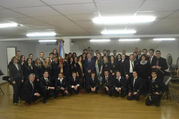 El alcalde con los nuevos alumnos de la Unión Musical del municipio. EPDA