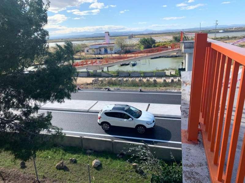 Pasarela aérea que tiró un camión municipal a la altura del Portet del Saler, sustituida por una semáforo y una mediana. EPDA