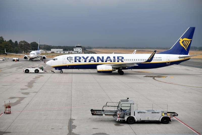 Los pasajeros de un vuelo de Ryanair esperan 3 horas en el avión en Valencia. Un avión de Ryanair. EFE/Archivo