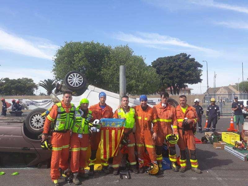Integrantes del equipo de bomberos de Gandia en una imagen facilitada por el Consorcio Provincial de Bomberos. EFE