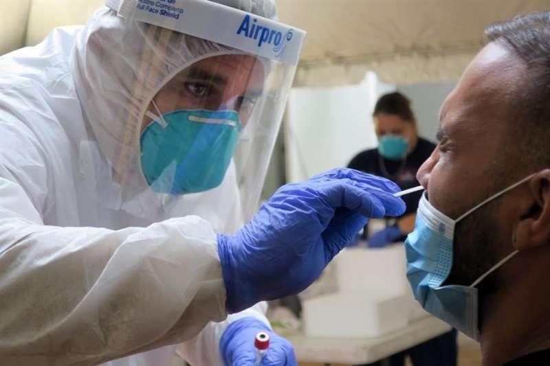 Un técnico de laboratorio inserta un hisopo en la nariz de un residente para la prueba del coronavirus. EFE/ Jorge Muñiz/Archivo