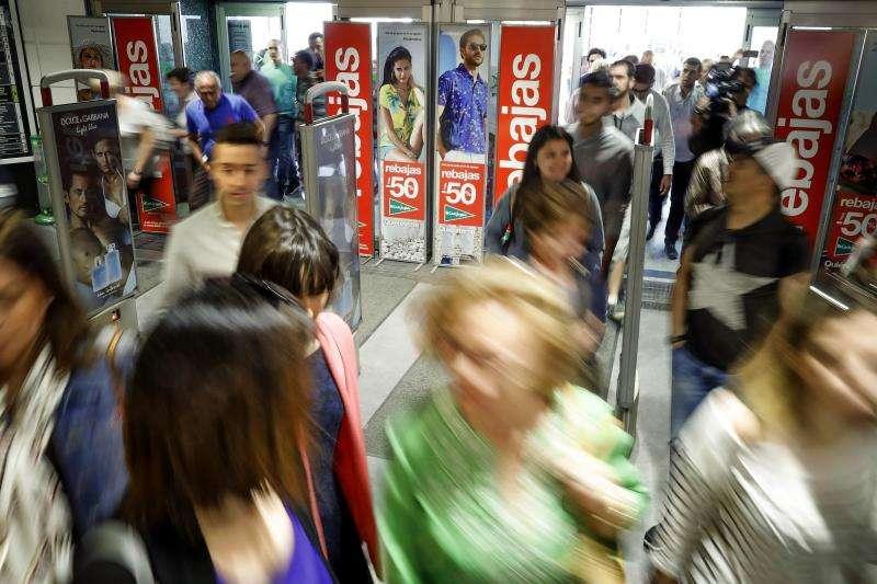 Numerosas personas entran en un gran comercio nada más abrir las puertas en el inicio de las rebajas. EFE/archivo