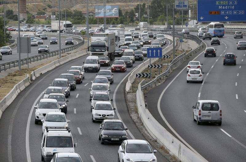 Varios automóviles circulan por una carretera. EFE/ Archivo