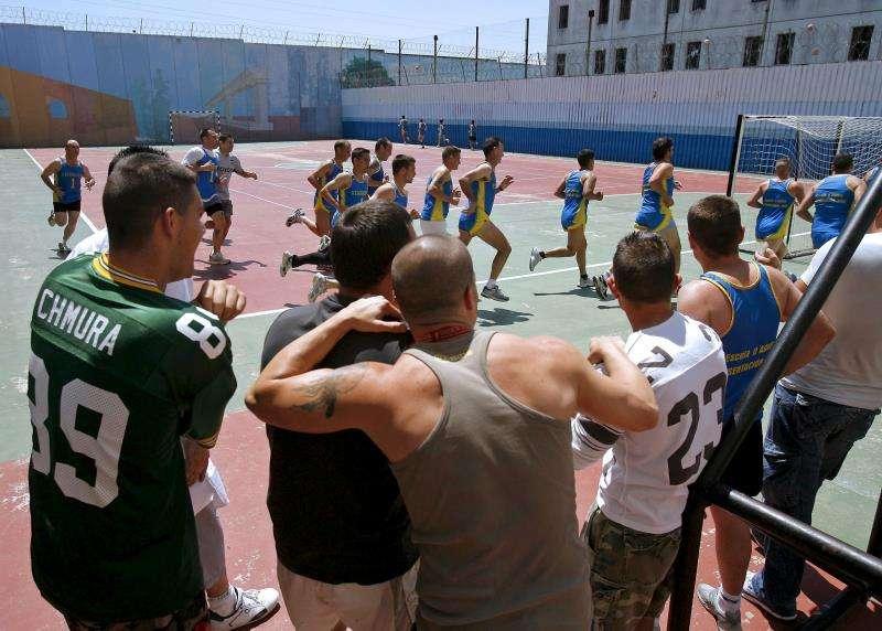 Presos en el patio en la cárcel de Picassent (València). EFE/Archivo