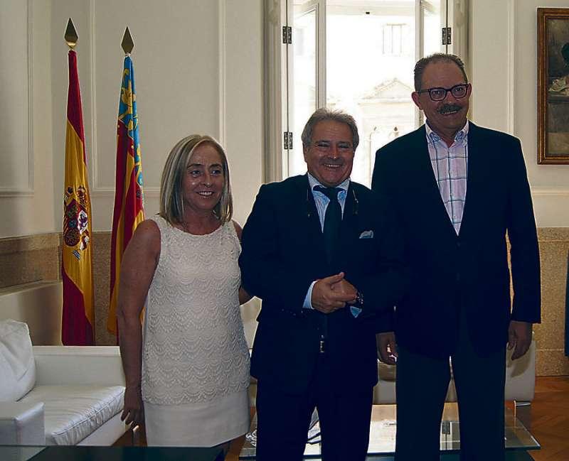 La secretaria y el ex alcalde en una visita a Rus cuando éste presidía la Diputación de Valencia. FOTO EPDA