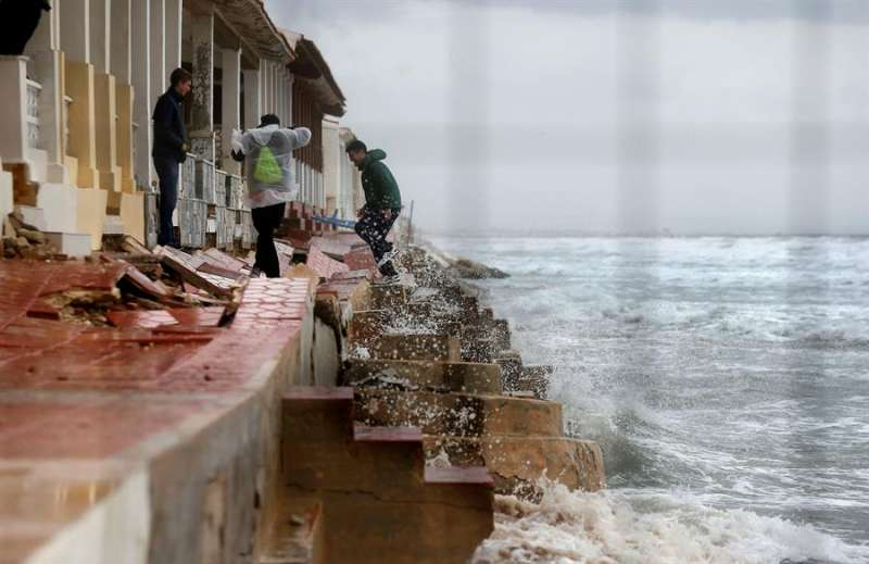 Las olas rompen sobre una casa junto a la playa en Guardamar del Segura (Alicante) por el temporal marítimo en la costa levantina. EFE