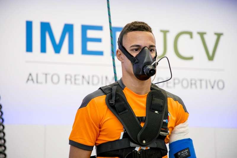 Jugador del Valencia CF realizándose las pruebas de control médico. EPDA